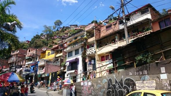"""Straße im ehemals so gefährlichen Stadtgebiet """"Comuna 13"""""""