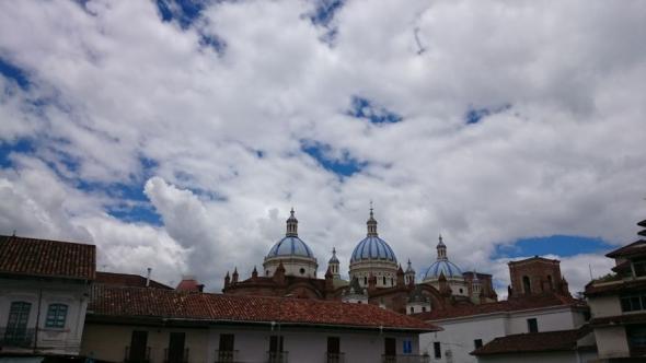 Cuencas schönste Kathedrale über den terrakottafarbenen Dächern der Stadt