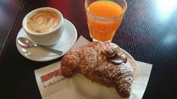 Frühstück Dolce, das typische Cornetto mit Cappuccino und Fruchtsaft