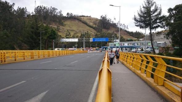 Willkommen in Ecuador! Brücke über den Grenzfluss zwischen Kolumbien und Ecuador