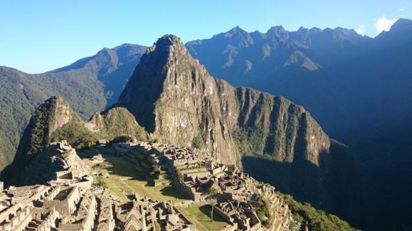 Die ersten Sonnenstrahlen früh morgens um sechs am Machu Picchu