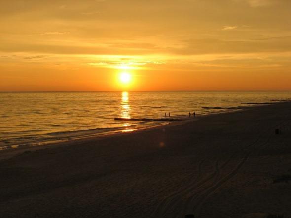 Sonnenuntergang an einsamen Strand