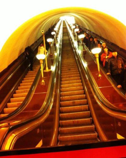 Eine der vielen langen Rolltreppen zu den Metro Bahnsteigen