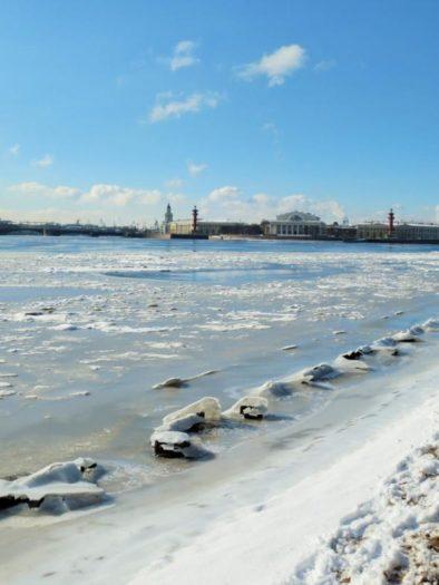 Ufer der Neva mit Blick auf die Strelka mit ihren beiden roten Rostral-Säulen