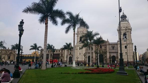 Einer von Limas hübsch dekorierten Plazas im Zentrum der Stadt