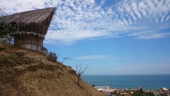 Gemeinschaftspavillon des Kon Tiki Hostels mit Aussicht auf den Pazifik