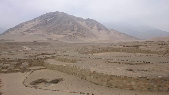 Die Ruinen von Caral vor der beeindruckenden Berglandschaft nördlich von Lima