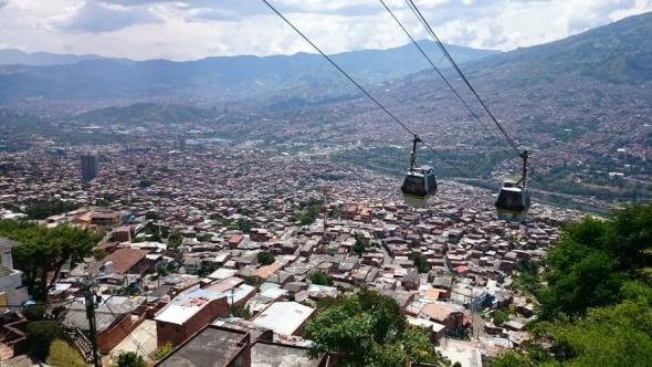 Seilbahn über den Dächern der Häusern von Comuna 13 – ein Zeichen urbaner sozialer Integration